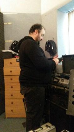 ANTONIO MORGANTI sta preparando i microfoni per la registrazione