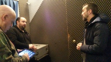 Davide Ragazzoni e Michele Polga discutono con il tecnico di studio Antonio Morganti. Sono all'interno dello studio BLUE TRAIN di Mira (VE)