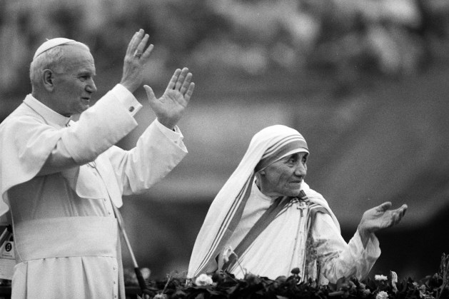 (FILES) This file photo taken on February 03, 1986 shows Mother Teresa and Pope John Paul II waving to well-wishers, at the Nirmal Hriday Home, in Calcutta. The Vatican committee that approves elevations to sainthood will meet on March 15, 2016 to consider a recommendation that Mother Teresa of Calcutta becomes Saint Theresa, the Holy See announced on March 14, 2016. / AFP PHOTO / JEAN-CLAUDE DELMAS
