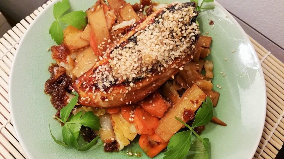 Hühnerbrust in Honig-Ingwer-Chilimarinade mit Sesam-Salz bestreut