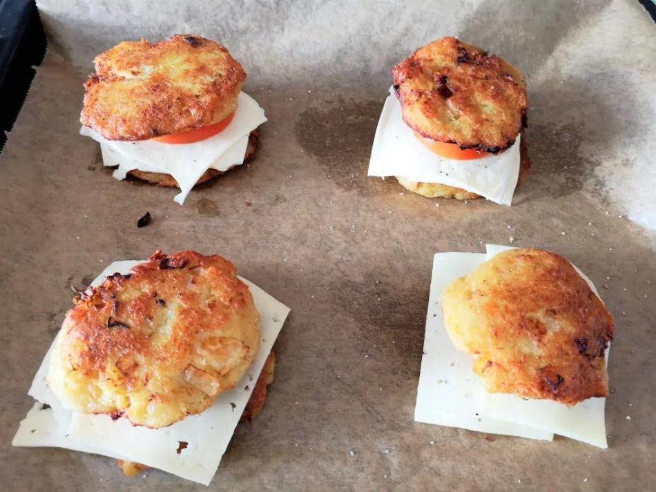 Die belegten Kartoffelpuffer nun bei 220 Grad ins Backrohr schieben und solange backen bis der Käse schön knusprig geworden ist.