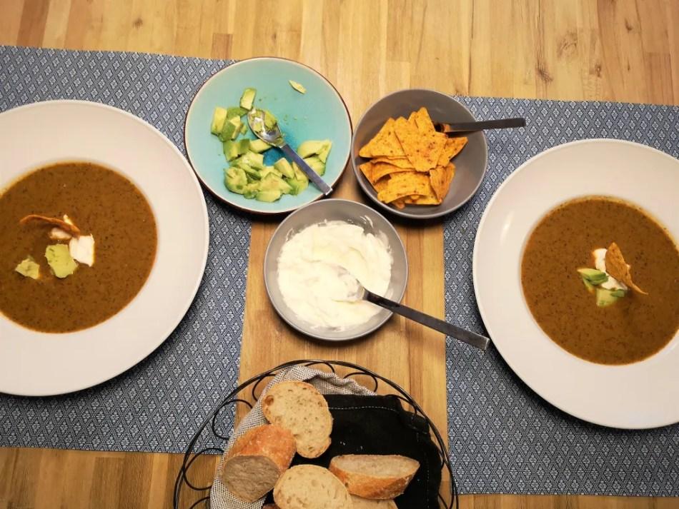 Zwei Teller Bohnensuppe mit Garnierung