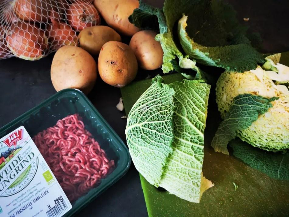 Die drei Grundzutaten: Wirsing, Kartoffel, Faschiertes Rindfleisch.