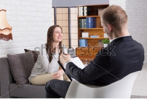 Comportamento-stock-photo-smiled-woman-talking-with-her-man-psychologist-in-therapy-center-461078170 Um novo olhar sobre a dor: como nosso corpo a interpreta e sente