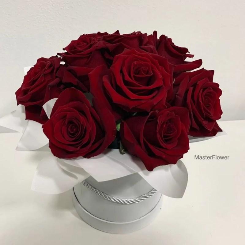 aranjament floral cu 11 trandafiri rosii