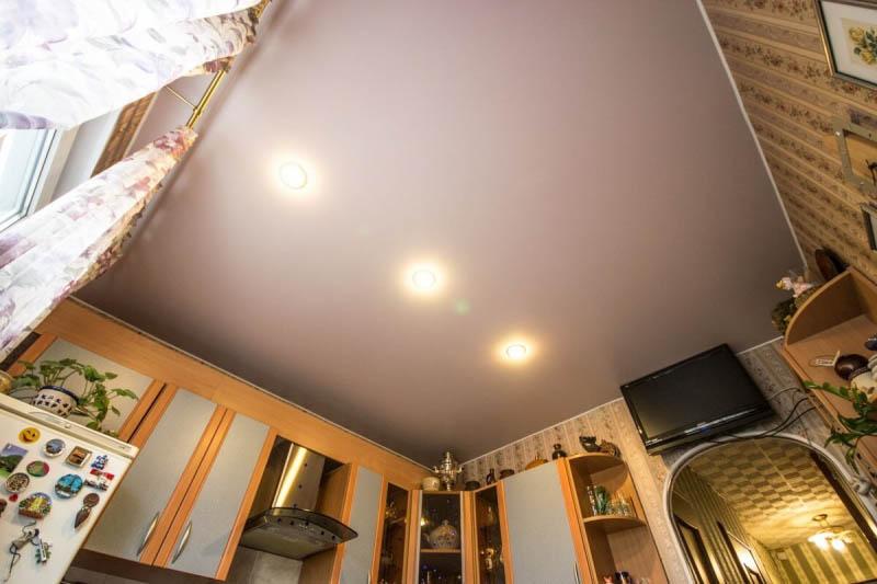 чем покрывать потолок в кухне фото