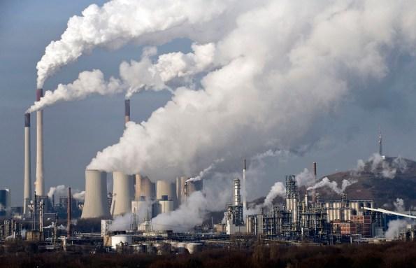 Vapor y humo salen de una estación de energía de carbón en Gelsenkirchen, Alemania, en diciembre de 2006. Un nuevo informe de un grupo científico internacional presentado el viernes 27 de septiembre de 2013 revela que la actividad humana es la principal causa del calentamiento global observado desde la década de 1950. (Foto AP/Martin Meissner, Archivo)