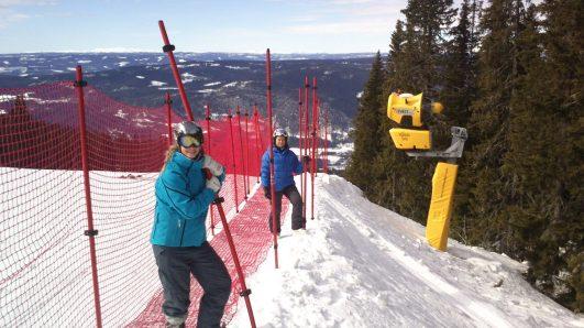 20130403 Rigging av dobbeltnett i Pellejuvet. Siri Haanes og Inez Kronberg i aksjon.