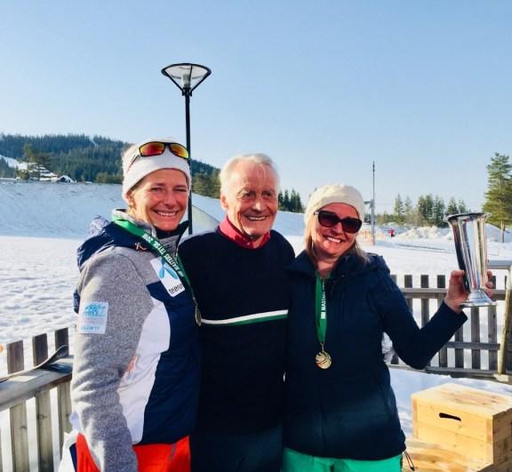 Britt Schjødt-Iversen mottok Kirsten Arnesens minnepokal for raskeste damen under 50 - fra venstre komite Elisabeth Økern og Harald Arnesen NM MastersAlpint20180415