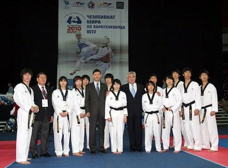Dr. Chungwon Choue junto a miembros del Equipo de Exhibición de WTF.