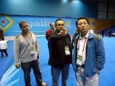 Juan Manuel López y Ji Ho Choi ultimando detalles.