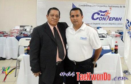 2012-07-05_(41670)x_Presidente de la fenth entrega de equipos a las escuelas
