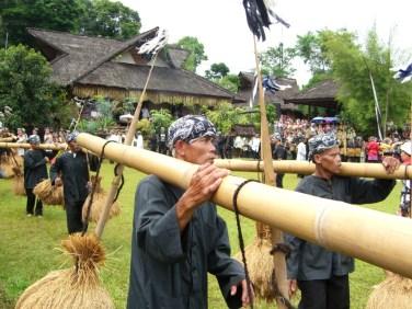 Dancing while bringing paddy to make a sound from bamboo-yoke