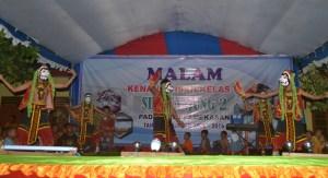 PENTAS BUDAYA: Tari Getta' yang ditampilkan oleh siswa-siswi SDN Tanjung II, Pademawu, Pamekasan pada malam kenaikan kelas beberapa waktu lalu. (Foto Zainal for Mata Madura)