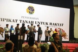 Presiden Jokowi saat menyerahkan sertifikat tanah.