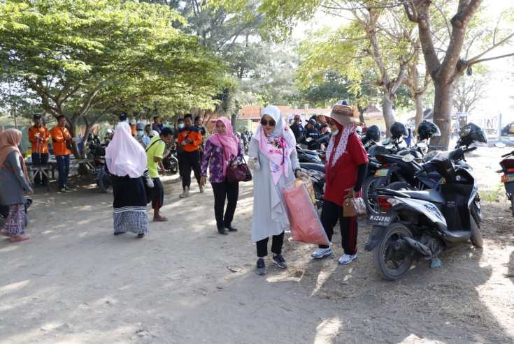 Bersama Ratusan Relawan, Bunda Fitri Bersih-Bersih Sampah di Pantai Talang Siring Pamekasan