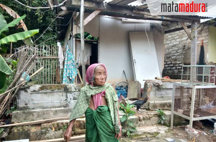 Puluhan Tahun Nenek di Sampang Ini Hidup bersama Sampah