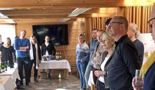 Deltakerne lytter når produsentene forteller om produktene sine. Nærmest, i mørkt antrekk, Vebjørn Hagen, styreleder for Fruktbygda.