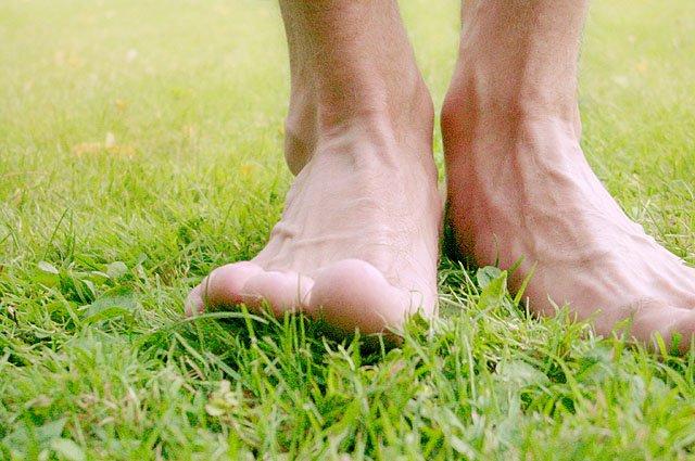 Marcher dans l'herbe pour se ressourcer