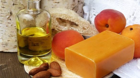 Démaquillage à l'huile bio et au savon