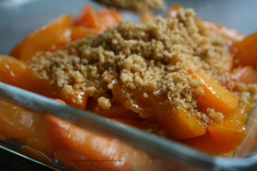 Cooked Apricots with biscuits crumbles