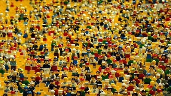 座席いっぱいに並んだレゴの人形たち