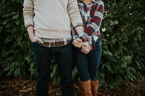 さり気なく同じ柄のシャツを着て、手をしっかりと握り合う仲良しカップル