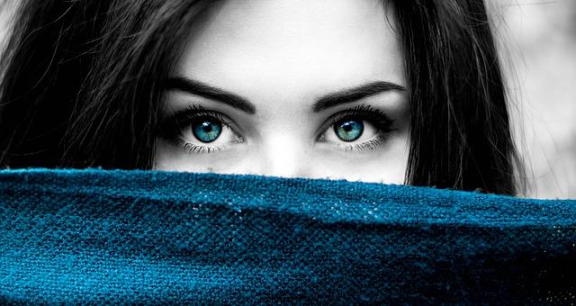 青い目でじっとこちらを見つめる女性の顔のアップ