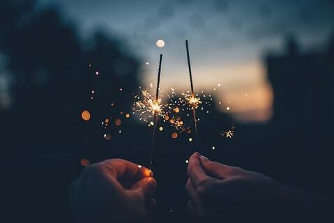 女友達と花火で遊ぶ男性