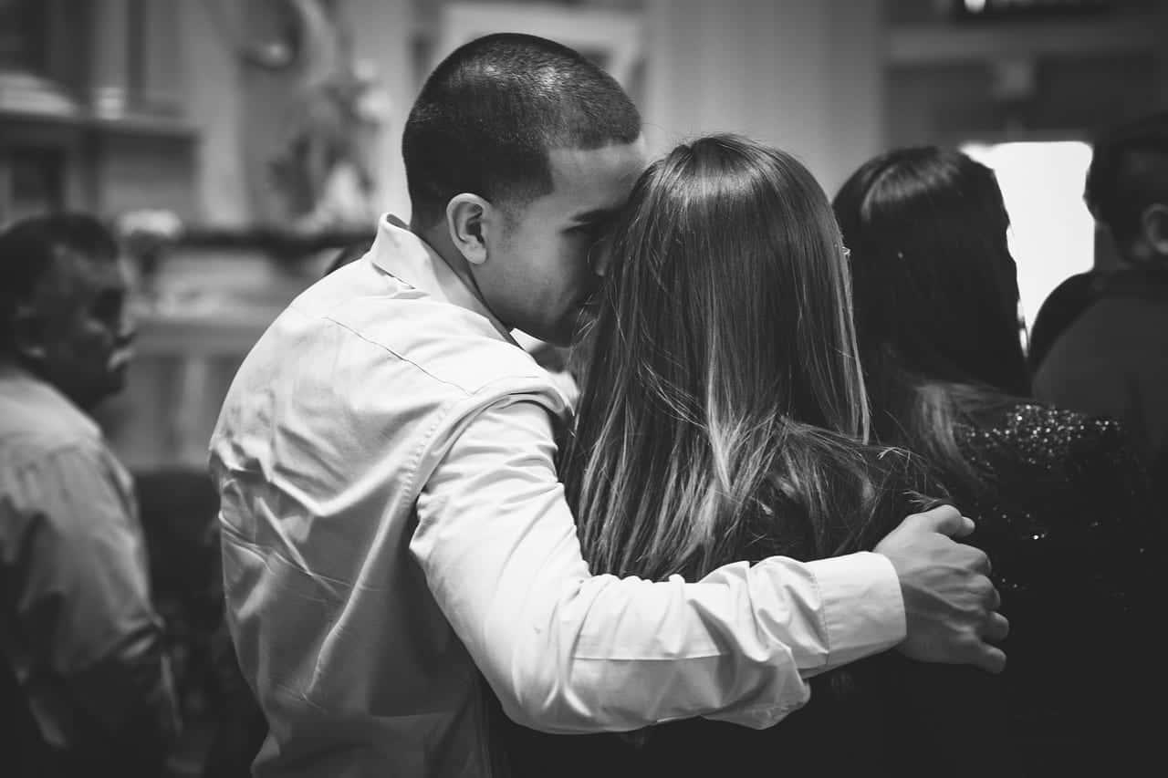既婚者女性が集まる場所で気になる女性の肩に手をかけ耳元で囁く男性