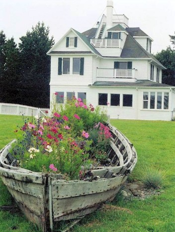 Creative-garden-decor-old-boat-wood-flowers-house-project