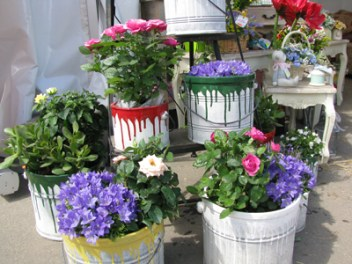 Garden-junk-ideas-creative-diy-painted-flower-bucket