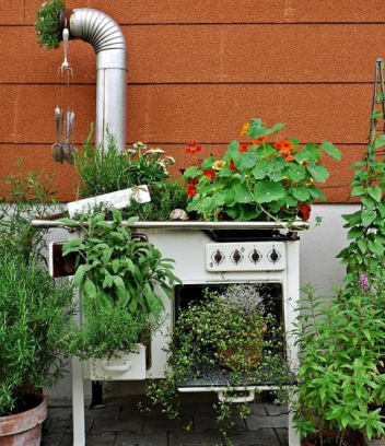 Garden-junk-ideas-upcycled-old-oven-flowers