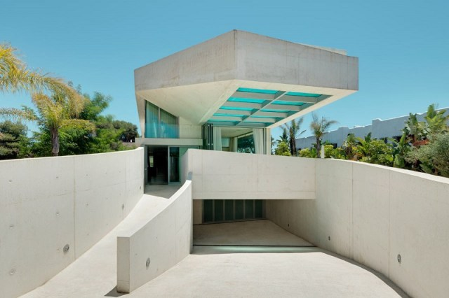 Cantilevered residence