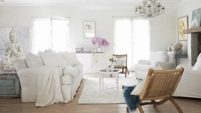 Shabby-chic living room in white