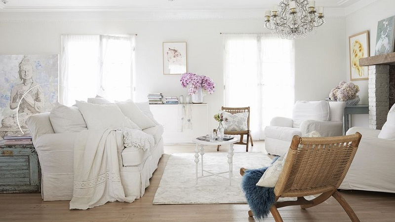 Shabby-chic living room in white