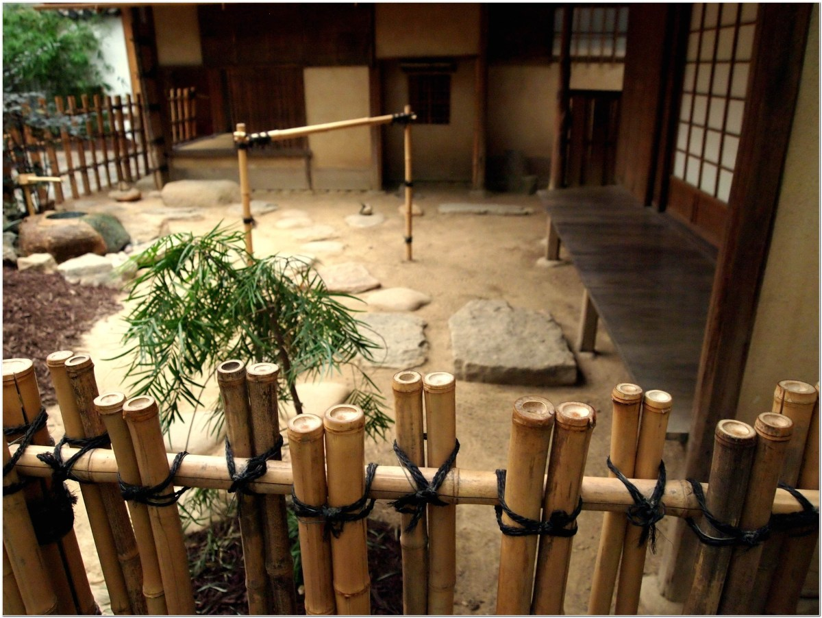Bamboo fence ideas for small houses 21