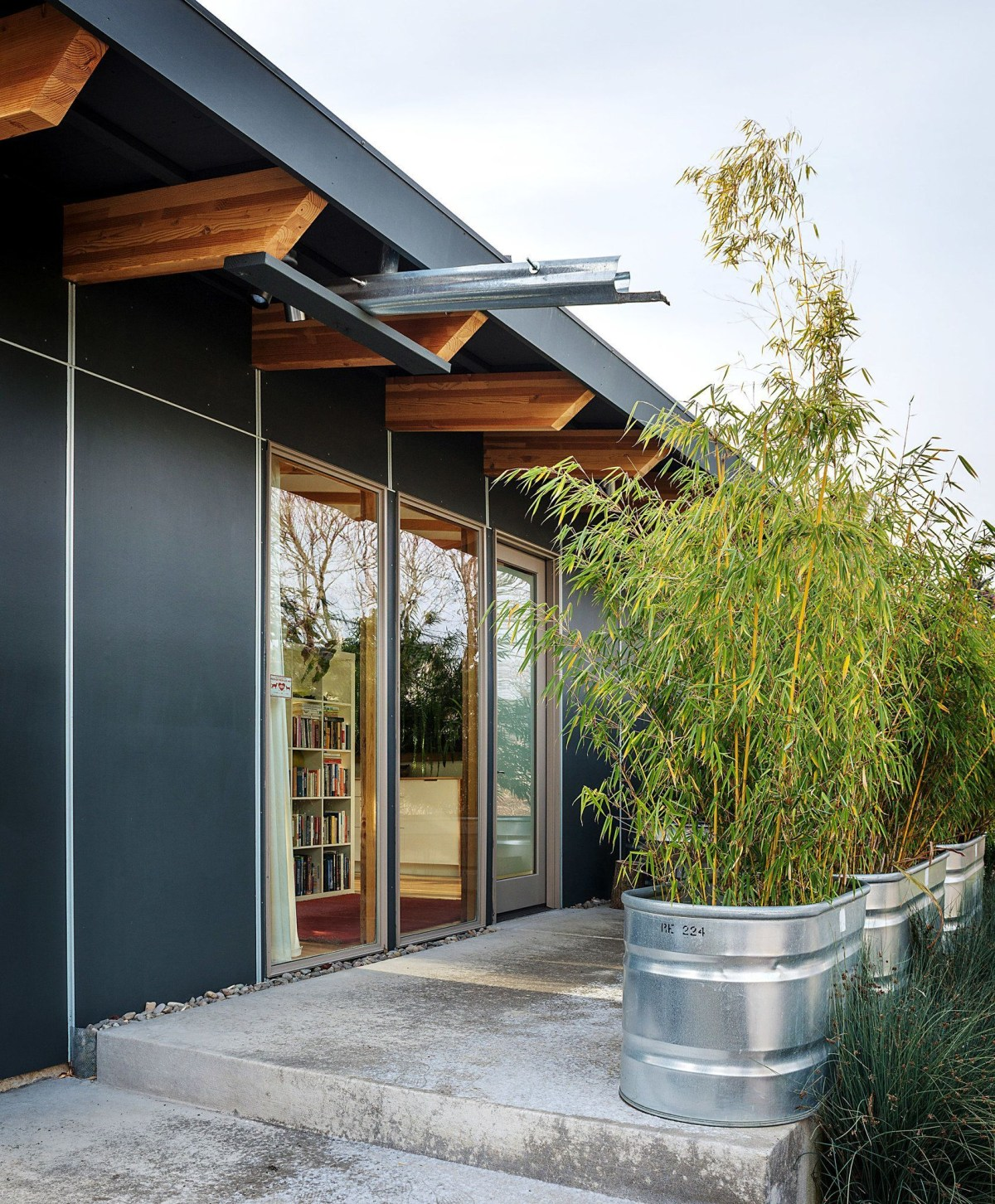 Bamboo fence ideas for small houses 35