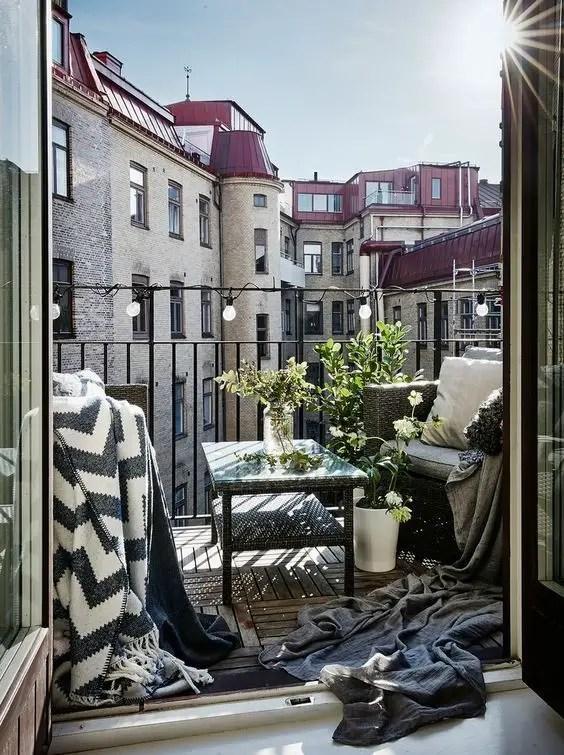 Creative small balcony design ideas for spring 35