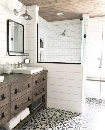 Rustic farmhouse bathroom ideas with shower 82