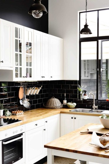 100418-black-and-white-kitchens-4