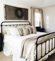 Cozy farmhouse master bedroom decorating ideas 22