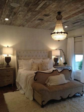 Cozy farmhouse master bedroom decorating ideas 40