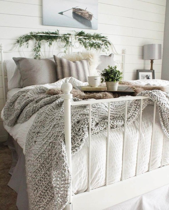 Cozy and beautiful bedroom for winter decor ideas 42