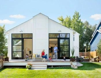Modern farmhouse exterior design ideas 07