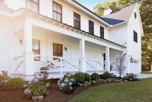 Modern farmhouse exterior design ideas 33
