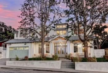 Modern farmhouse exterior design ideas 37