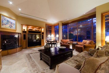 The design of the living room looks luxurious 18