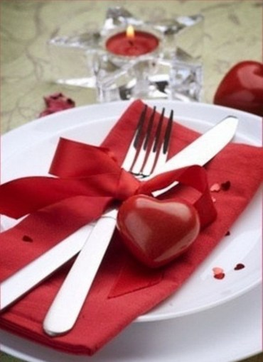 Dining table decor for dinner with a partner on valentine's day 19
