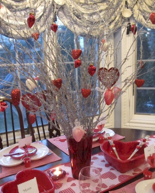 Dining table decor for dinner with a partner on valentine's day 26